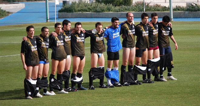 Los jugadores del Pegaso, en el centro del campo, con los pantalones bajados