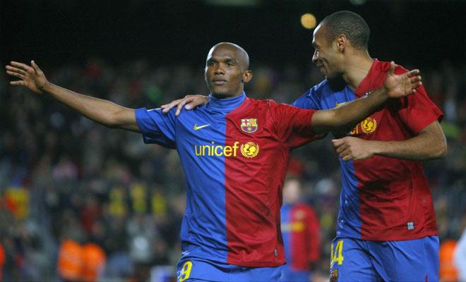 Etoo se abraza con Henry tras marcar ante el Sporting.