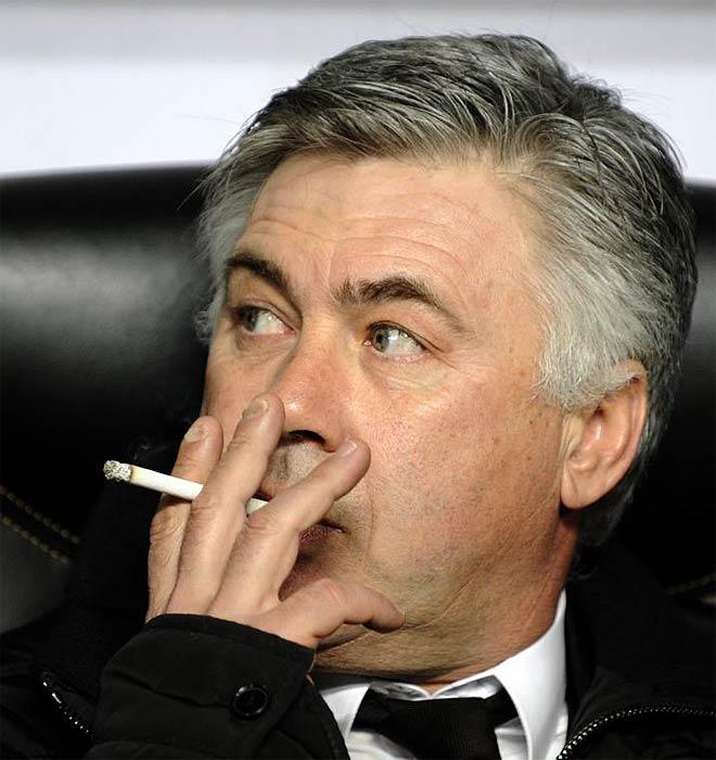 Ancelotti fumando