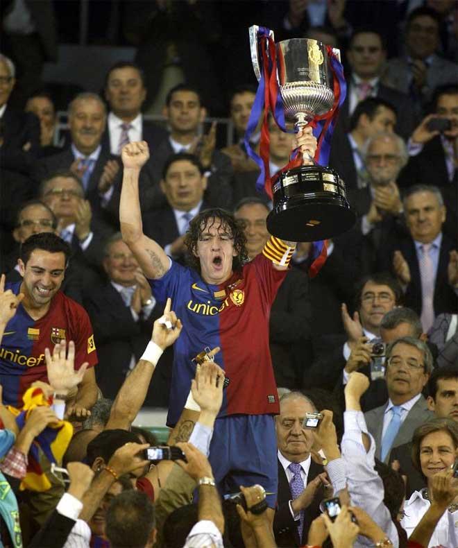 Puyol levanta la Copa