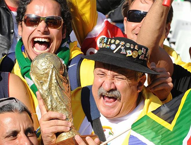 Una aficionado brasileño con la Copa del Mundo