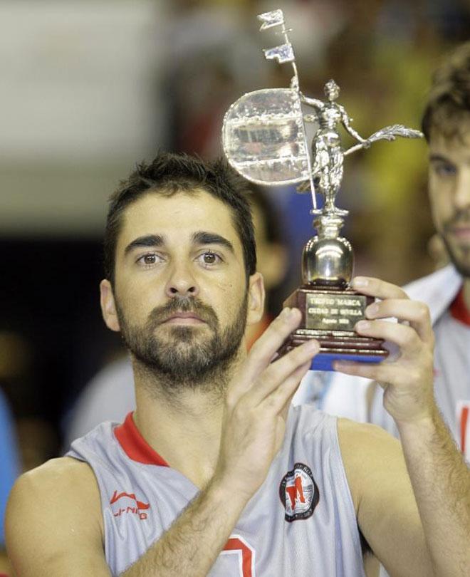 Navarro con el trofeo.