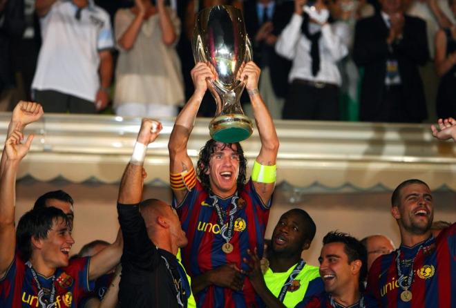 Puyol levanta la Supercopa de europa
