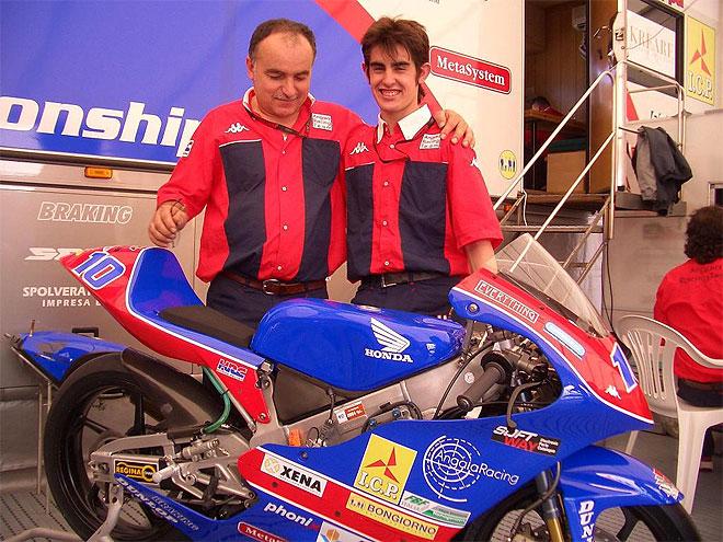 Sim�n posa con un familiar junto a su moto de 2004