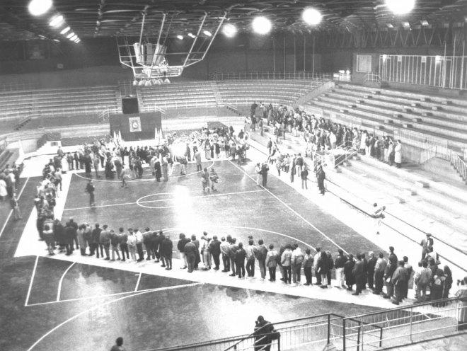 El fallecimiento de Fernando Mart�n provoc� una aut�ntica conmoci�n. Su f�retro recibi� la visita de miles de seguidores del baloncesto que quisieron dedicarle un �ltimo adi�s en el Palacio de los Deportes.