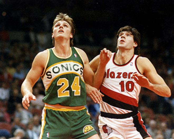 Fernando Mart�n se convirti� en el primer espa�ol que jug� en la NBA. En la imagen, peleando con Tom Chambers.