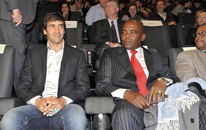 Ra�l junto a Vusi Bruce Koloane, embajador de Sud�frica en Espa�a