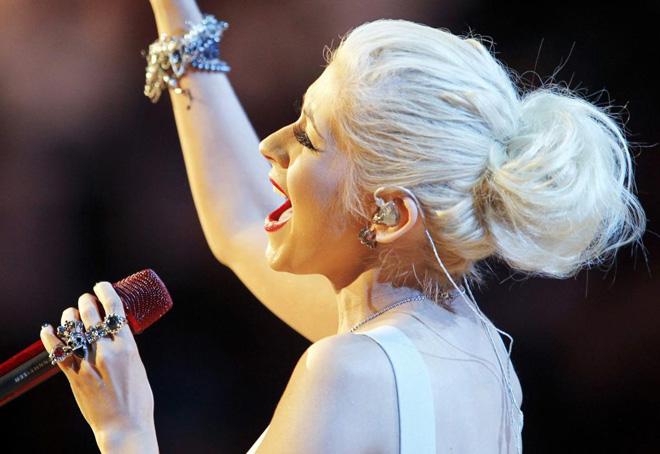 La cantante Christina Aguilera interpret�, al igual que en el sexto partido de la serie, el himno de Estados Unidos.