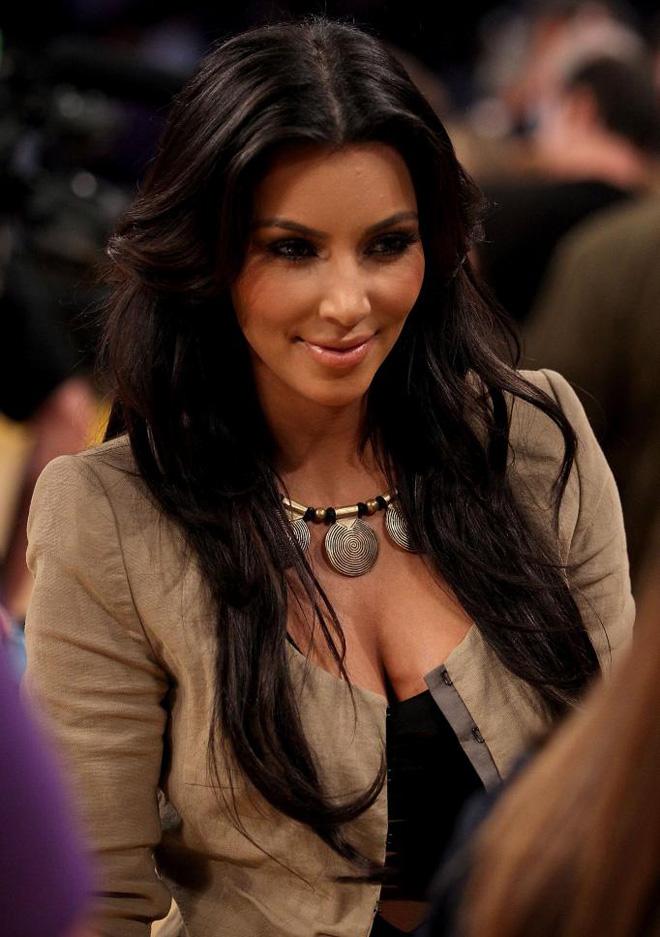 Kim Kardashian, ex novia de Cristiano Ronaldo y cu�ada de Lamar Odom, que recientemente ha sido nombrada El Mejor Cuerpo del Mundo, deslumbr� en el Staples.