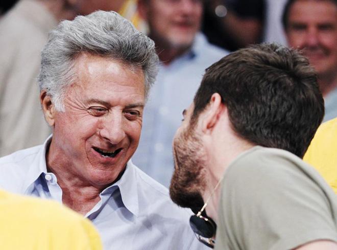Los actores Dustin Hoffman y Jake Gyllenhaal charlando durante el partido en el que los Lakers se proclamaron campeones de la NBA.