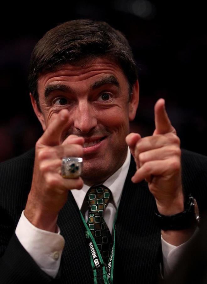 Wyc Grousbeck, propietario de los Boston Celtics, luciendo orgulloso el anillo de campe�n de la NBA.