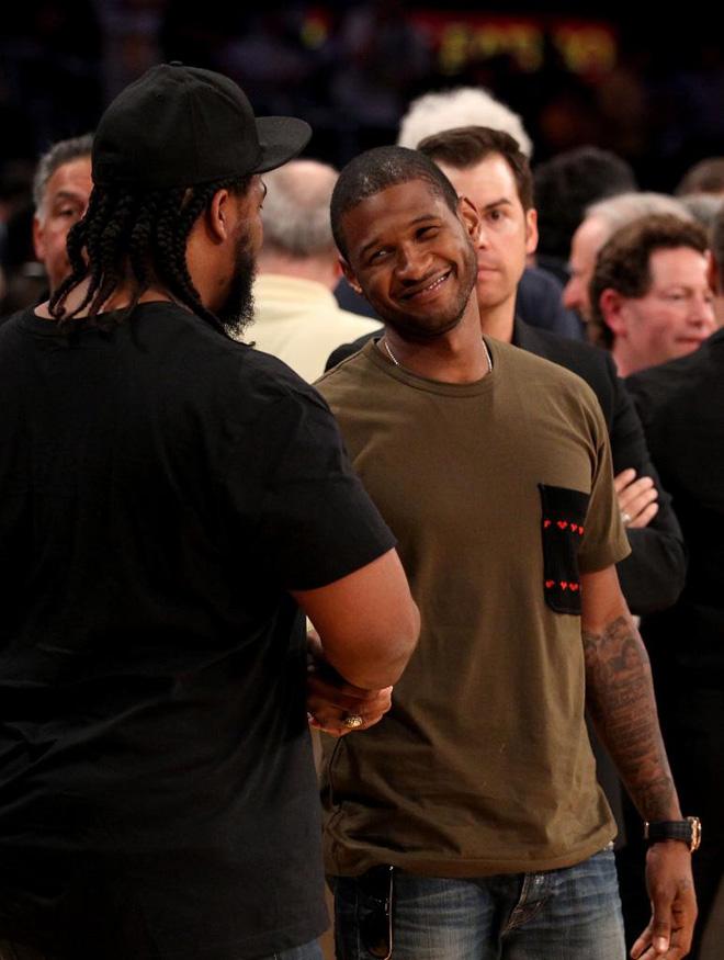 Los aficionados no se contuvieron y no dejaron pasar la oportunidad de saludar al cantante Usher.