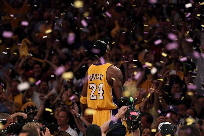 Al concluir el partido Kobe Bryant no dud� en celebrar el triunfo con los aficionados de los Lakers.