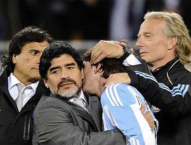 Maradona consuela a Messi