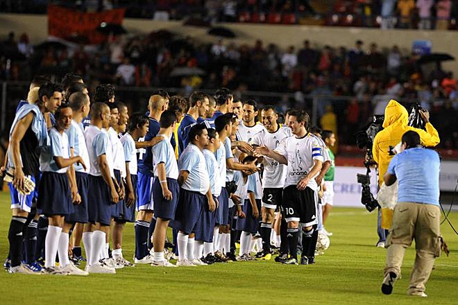 Los Amigos de Messi, con tres tantos del astro argentino, ganaron 6-4 al Resto del Mundo en un encuentro amistoso celebrado en el Estadio Nacional Rommel Fern�ndez de la capital paname�a.