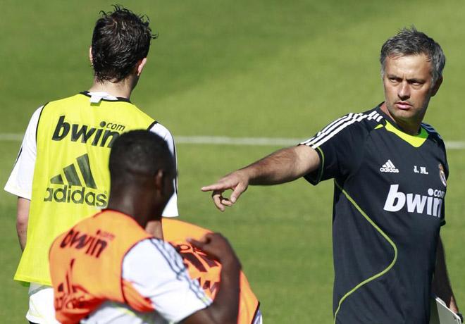 El nuevo entrenador blanco ya tiene el mando de la nave madridista. Mou hace indicaciones con su dedo en presencia de Mamadou Diarra.