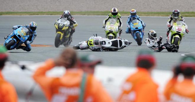Randy de Puniet rodaba por los suelos en la vuelta 8 del circuito de Sachsenring, Aleix Espargar� y �lvaro Bautista no pod�an evitarlo y la bandera roja hac�a acto de presencia en el Gran Premio de Alemania de MotoGP.