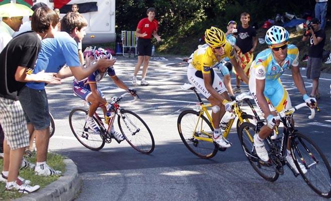 Contador lanz� varios ataques a cuatro kil�metros de meta, pero no fueron lo suficientemente fuertes y constantes para dejar de rueda al maillot amarillo.