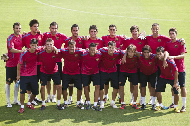 La prueba de que el Barcelona conf�a y da oportunidades a sus canteranos, es la numerosa presencia de ellos en la primera sesi�n de pretemporada del equipo azulgrana. La foto de familia de las j�venes promesas no falt�.