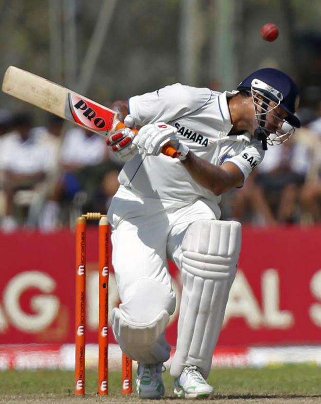 El jugador de la selecci�n de la India Vangipurappu Laxman trata de evitar un �bolazo! en la cabeza, en el partido que disputa su selecci�n contra Sri Lanka correspondiente a la cuarta jornada del Torneo de Galle.