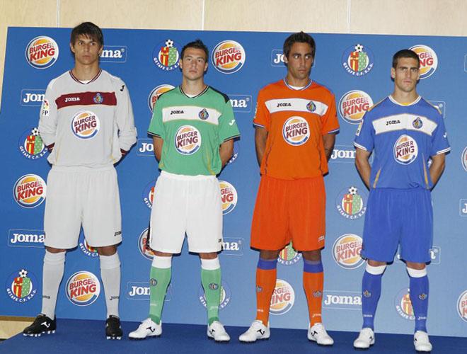El Getafe presenta sus nuevas equipaciones para la Temporada 2010/2011 de la Liga espa�ola de f�tbol.
