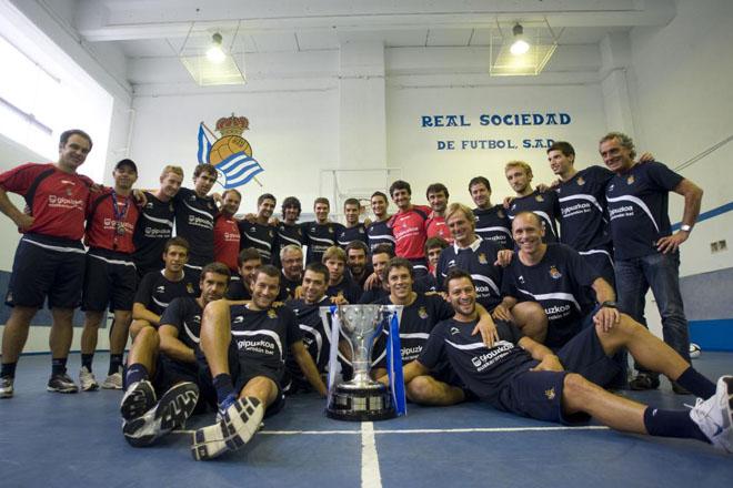 La primera plantilla de la Real Sociedad, posan con la Copa de Campe�n de Segunda Divisi�n espa�ola.