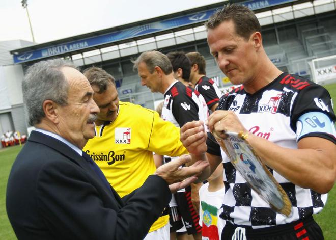 """El piloto de f�rmula uno, Michael Schumacher, capit�n del equipo del equipo de f�tbol """"nacionalidades Piloti"""", toma su brazalete antes de un partido ben�fico en Wiesbaden"""
