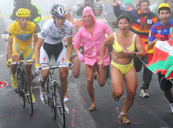 Miles de aficionados se agolparon a ambos lados de la carretera que sube el Tourmalet y muchos de ellos fueron m�s un estorbo que otra cosa para los corredores.