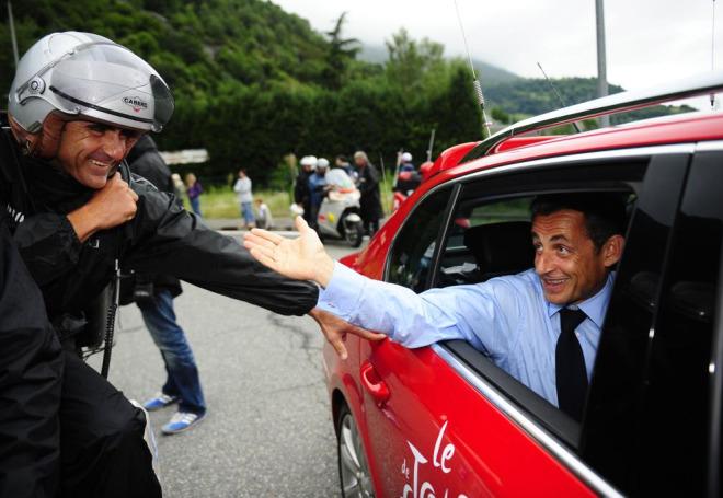 El presidente de la Rep�blica de Francia, Nicolas Sarkozy, no quiso perderse tan apasionante etapa y fue saludado por el ex ciclista Laurent Jalabert.