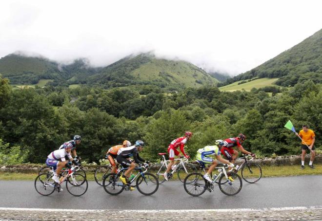 Juan Antonio Flecha (Sky) , Edvald Boasson Hagen (Sky) , Kritsjan Koren (Liquigas), Alexandre Kolobnev (Katusha), Marcus Burghardt (BMC), Remi Pauriol (Cofidis) y Rub�n P�rez (Euskaltel Euskadi) formaron una escapada del d�a que se disolvi� en las primeras rampas del Tourmalet.