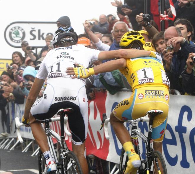 Andy Schleck y Alberto Contador se abrazaron nada m�s cruzar la l�nea de meta demostrando que su amistad es muy grande.