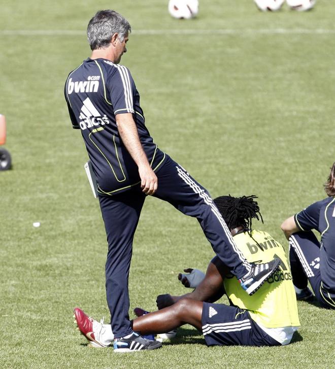 Mourinho dedica su atenci�n a Drenthe durante uno de los pocos descansos del entrenamiento del Real Madrid.