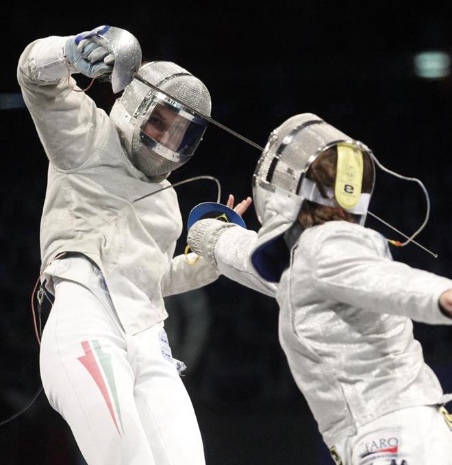 La h�ngara Reka Benko y la italiana Irene Vecchi, durante uno de los combates por la medalla de bronce en el Europeo de esgrima de Leipzig.