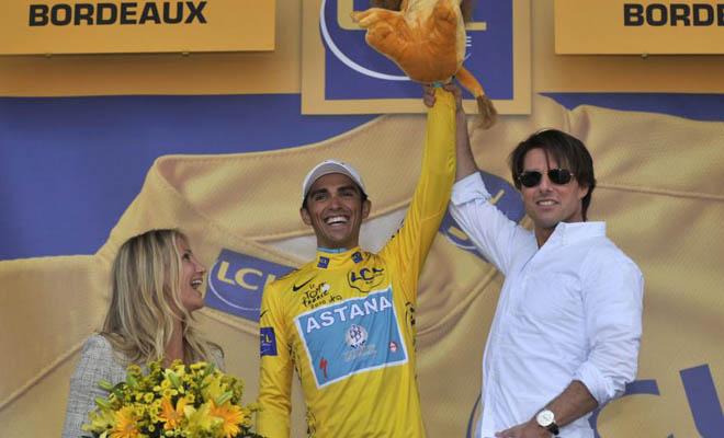Tom Cruise alzó el brazo de Contador como ganador y la verdad es que el de Pinto lo tiene muy bien para llevarse la presente edición del Tour.