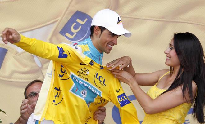Con unas chicas tan guapas tiene que ser algo más que agradable subir al pódium a recoger el maillot amarillo de líder. Vaya suerte la de Contador.