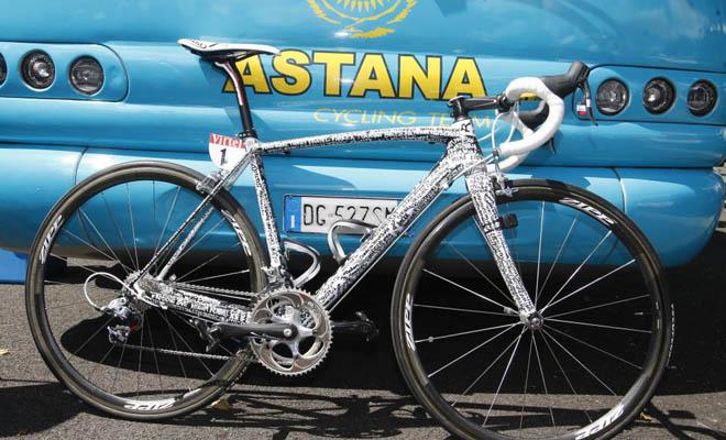 Contador estrenó hoy una bicicleta especial con los nombres de todos sus fans, una bonita forma de agradecerles todo el apoyo recibido.