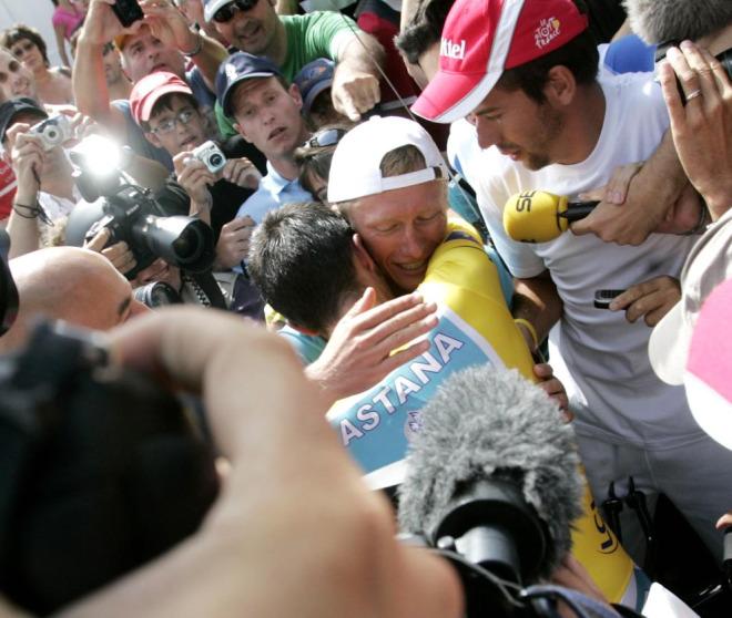 Contador abraz� con fuerza a su compa�ero y amigo, el kazajo Alexandre Vinokourov, nada m�s terminar la crono y saber que era el virtual vencedor del Tour.