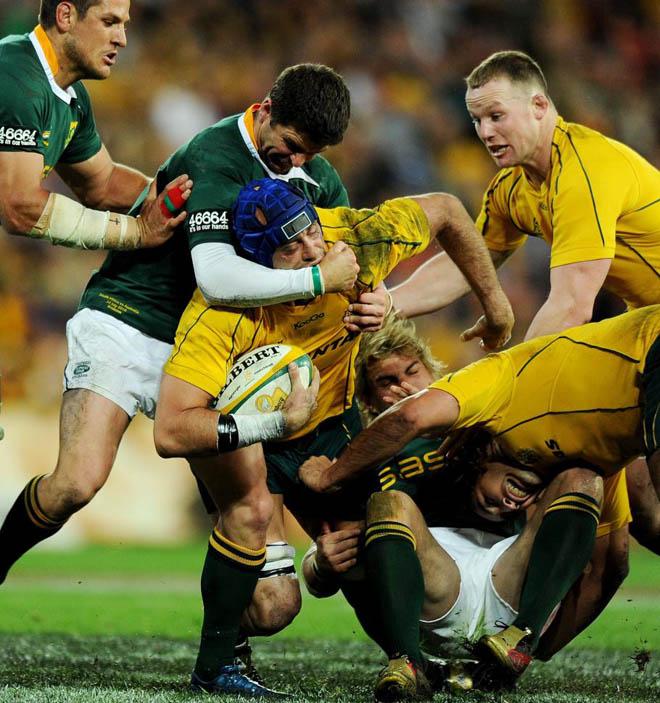 As� de fuerte se emplean los jugadores de rugby de Australia y Sud�frica durante el torneo de las Tres Naciones que se est� disputando en Brisbane (Australia).