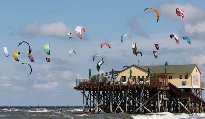 Los Kitesurfers compiten en el Mar del Norte, cerca de la localidad de St. Peter-Ording, al norte de Alemania.