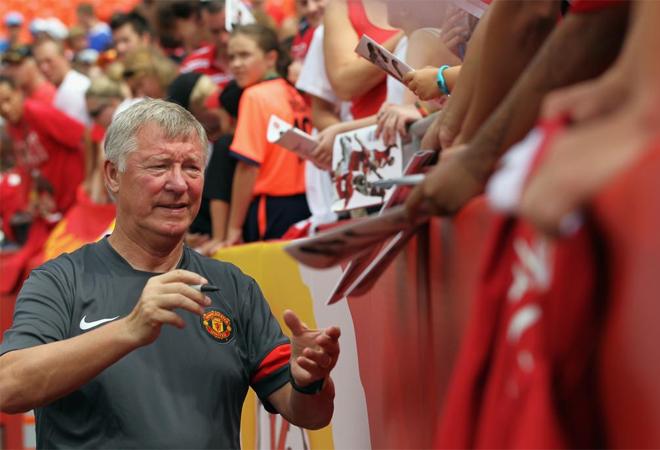 El entrenador del Manchester United no par� de firmar aut�grafos antes del amistoso que disput� su equipo ante el Kansas City.