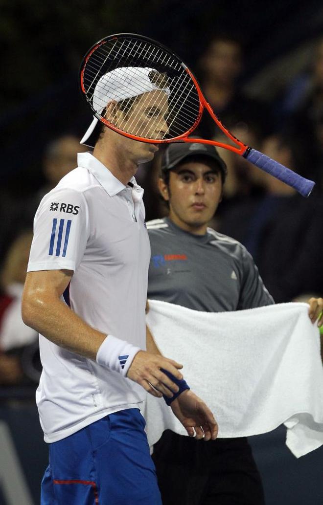 Andy Murray arroja al aire su elemento de trabajo tras caer eliminado en el Torneo de Los Angeles a manos de Alejandro Falla.