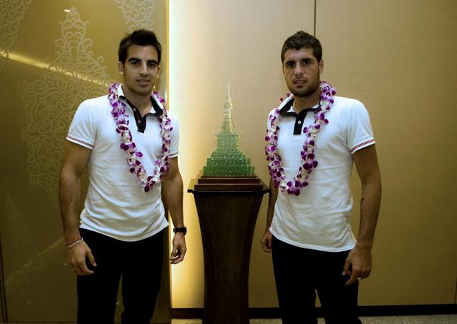 Jurado y Fran Mérida han sido agasajados a la llegada del Atlético de Madrid al aeropuerto de Suvarmabhumi en Bangkok.