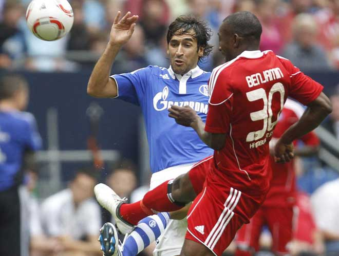 Ra�l se ha estrenado con su nuevo equipo en un partido amistoso contra el Hamburgo, donde juega el que era su compa�ero en el Real Madrid Van Nistelrooy.