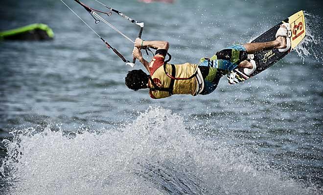 Alex Pastor, que acaba de proclamarse campeón del mundo en Alemania de Kitesurf, compite estos días en la 'J&B Masters of Kite' que se disputa en el Golfo de Roses (Girona).