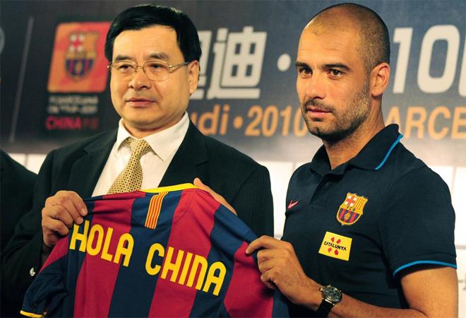 Pep Guardiola regal� esta camiseta a las instituciones chinas.