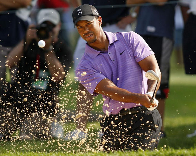 El golfista estadounidense Tiger Woods salva la bola de un bunker en el hoyo 14 durante la segunda jornada de juego en el torneo Bridgestone Invitational WCG en Akron, Ohio.