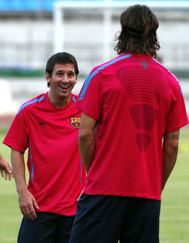 Leo Messi se lo pas� en grande mojando a sus compa�eros durante el entrenamiento del FC Barcelona.
