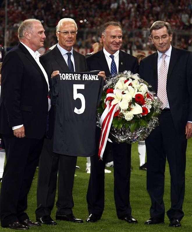 En los proleg�menos del partidos, Franz Beckenabuer, el mejor jugador de la historia del Bayern y del f�tbol alem�n, recibi� un merecid�simo homenaje del club b�varo.