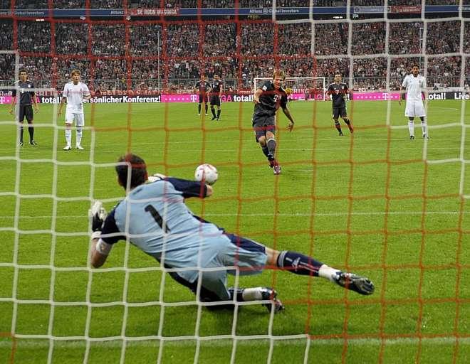 Casillas volvi� a ser determinante para su equipo. Salv� un buen pu�ado de ocasiones de los germanos, en especial este penalti que le sac� a Batstuber.