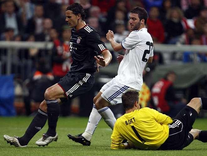 El 'Pipita' volvi� a ocupar la posici�n m�s adelantada en el once de Mourinho. El argentino dispuso de buenas ocasiones, pero en esta ocasi�n no acert�.